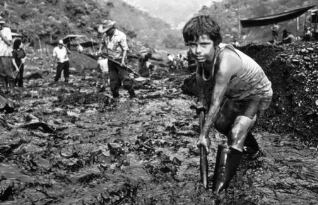 Carlos tiene 12 años y trabaja con su hermana pequeña y su padre filtrando con pala y tamices las sobras y desechos de piedras y lodo provenientes de una de las minas legales de Muzo, a 90 kilómetros al norte de Bogotá, Colombia.