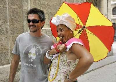 Juanes durante su recorrido por La Habana Vieja